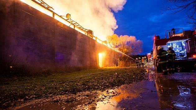 Škodu za čtyři miliony korun v sobotu způsobil požár velké skladovací haly se senem a slámou v Česticích na Rychnovsku.