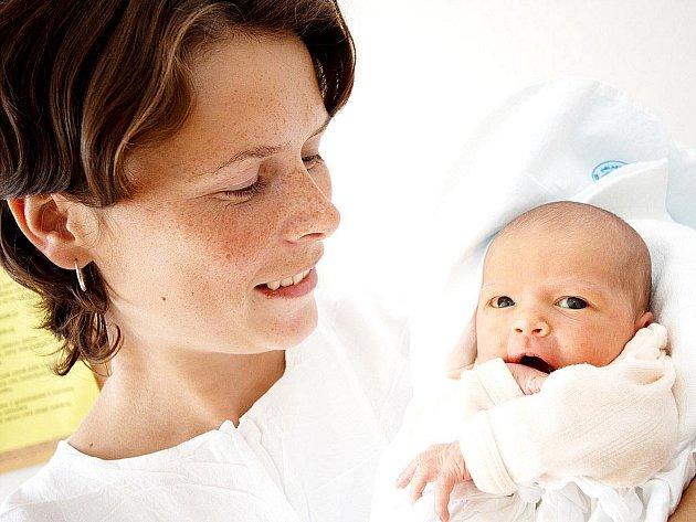NATÁLIE: Petra a Pavel Zimovi z Křivic se radují z narození prvního potomka – dcery Natálky. Ta přišla na svět 23. června ve 23.37 (2,67 kg a 48 cm). Tatínek byl u porodu a vše zvládl bezvadně.