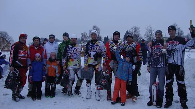 NEJLEPŠÍ dvojice úvodního závodu MČR v motoskijöringu v Želči u Tábora. Vítězní bratři Šrolerové stojí zcela vpravo.