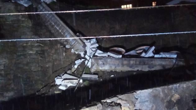 Na zahradu rodinného domu v Rychnově se zřítila část hradební zdi