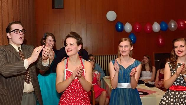 Tak lze charakterizovat ples ve stylu amerických padesátých let, na němž se účastníci představili ve stylovém oblečení s originálními účesy z doby před více než půl stoletím.