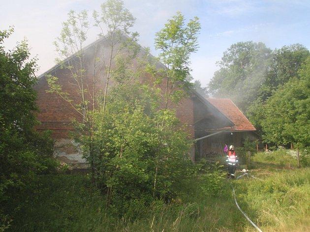 Požár hospodářské budovy v Černíkovicích.