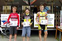 Nejrychleji zvládl horských 63 kilometrů junior David Andrle (uprostřed) z týmu Elkov Author.
