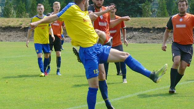 Dobrušský útočník Jiří Kořínek (č. 13) byl stálou hrozbou pro obranné řady B-týmu Náchoda.