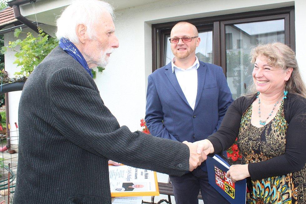 Josef Ptáček při předání čestného občanství Mokrého. Na snímku se starostou Jiřím Francem a místostarostkou Dagmar Honsnejmanovou.