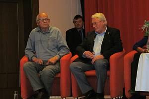 Josef Matoušek (vlevo) při setkání olympioniků v letovisku Studánka v roce 2012.