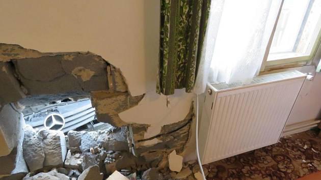 Opilý řidič v mercedesu se proboural až do pokoje.
