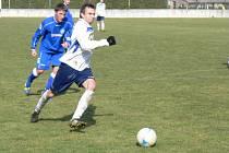 JEDEN GÓL zaznamenal ve vítězné generálce fotbalistů Dobrušky záložník Jakub Mikušík (v bílém).