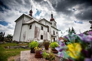Chátrající kostel v Sedloňově.
