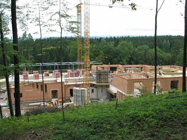 Staveniště nového čtyřhvězdičkového hotelu v rámci projektu znovuobnovení letoviska Studánka.