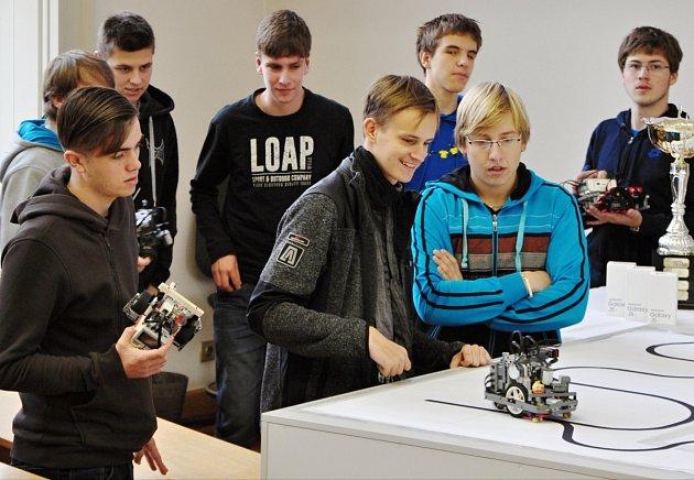 """Žáci kostelecké """"obchodky"""" na robotické soutěži"""