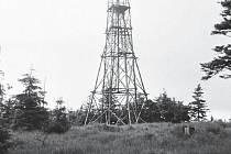 Dřevěná věž na Velké Deštné v Orlických horách. Snímek je z roku 1975.