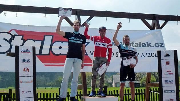 Stupně vítězů kategorie Masters - (zleva) druhý Lukáš Čáp, vítězný Michal Kaněra a třetí Tomáš Brendl.
