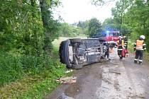 Zraněný řidič převrátil automobil na bok.