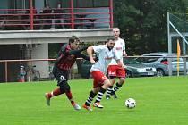 Fotbalisté Černíkovic (černé dresy) porazili v okresním derby Doudleby třígólovým rozdílem.