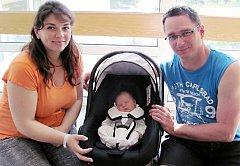 ERIKA HEJČLOVÁ je po Patrikovi a Markovi třetím potomkem Ivety a Jiřího Hejčlových z Týniště. Na svět si 7. června v 6.56 hodin přinesla 3,95 kg a 51 cm. Tatínek byl u porodu a zvládl to skvěle.