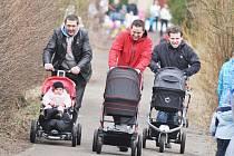 """Děti i rodiče včera v Kostelci nad Orlicí soupeřili v """"kočárkovém"""" závodě."""