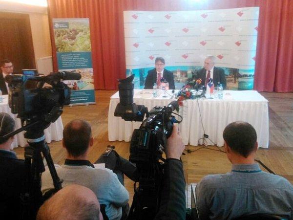 Tisková konference knávštěvě prezidenta Miloše Zemana vKrálovéhradeckém kraji.