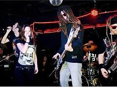 POTŠTEJNSKÁ KAPELA RADIO JEREVAN při svém vystoupení. Skupina hraje již od roku 1999 a na kontě má řadu demosnímků. Jejich  snem je zahrát si na nějakém velkém festivalu.