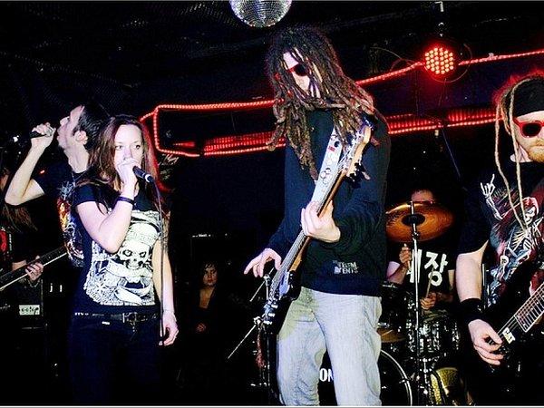POTŠTEJNSKÁ KAPELA RADIO JEREVAN při svém vystoupení. Skupina hraje již od roku 1999a na kontě má řadu demosnímků. Jejich  snem je zahrát si na nějakém velkém festivalu.