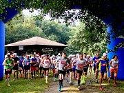 Start! Padesát vytrvalců vybíhá z rychnovského koupaliště na trať horského maratonu a půlmaratonu.
