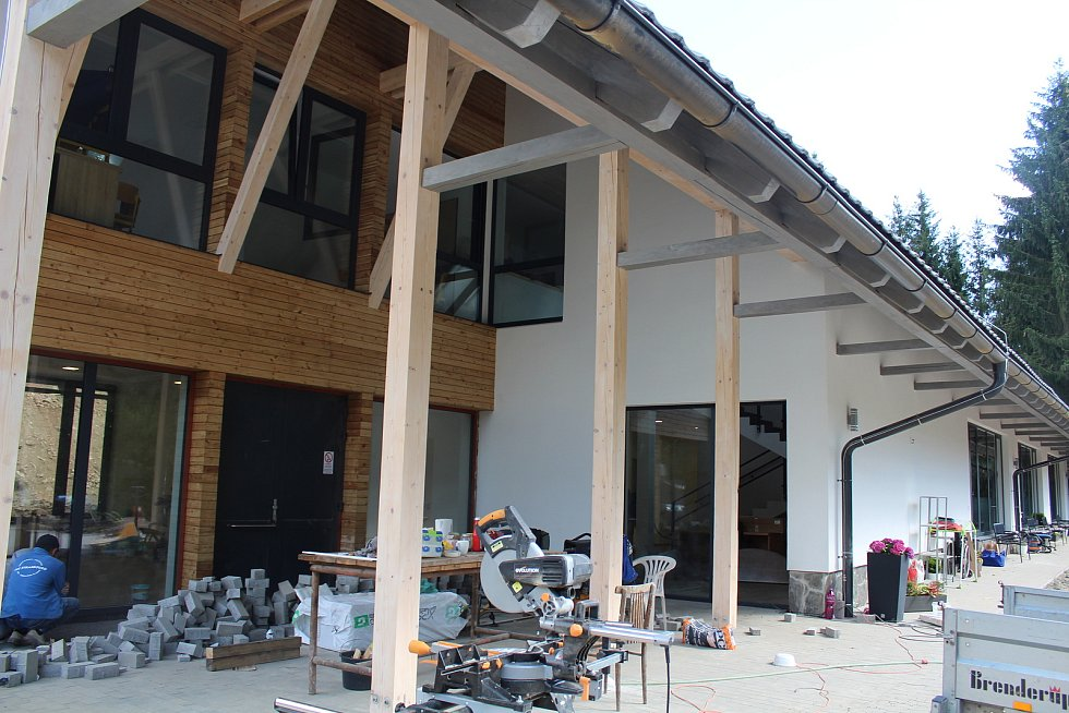 Nová budova Základní speciální školy Neratov v Bartošovicích v Orlických horách. Tady bude místo pro venkovní učebnu. Foto: Deník/Jana Kotalová