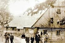 Rodina Herzigova byla poslední německou žijící v chalupě před odsunem. Na fotografii z roku 1920 jsou vidět některé větve lípy.