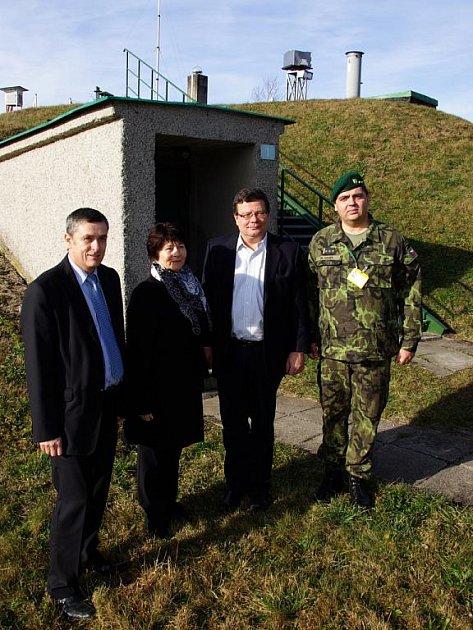 Zleva: Petr Tojnar, starosta Dobrušky, Hana Ježková, starostka Sedloňova a ministr obrany Alexandr Vondra
