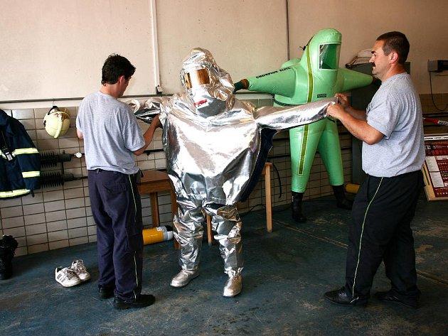 Zájemci si vyzkoušeli i speciální hasičské oblečení.