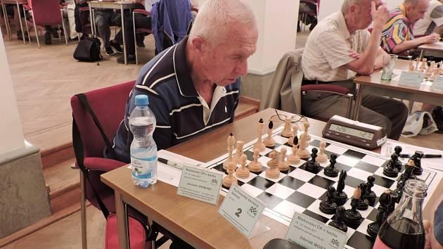 Jaroslav Zikmund z Potštejna, který letos oslaví 83 let, přispěl remízou k hladkému vítězství Pandy nad favorizovanou Ostravou.