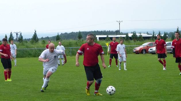 Zkušený tvůrce hry ohnišovského týmu Roman Kyral (na snímku s míčem) přispěl jedním gólem k zisku třech bodů v utkání s Policí nad Metují.
