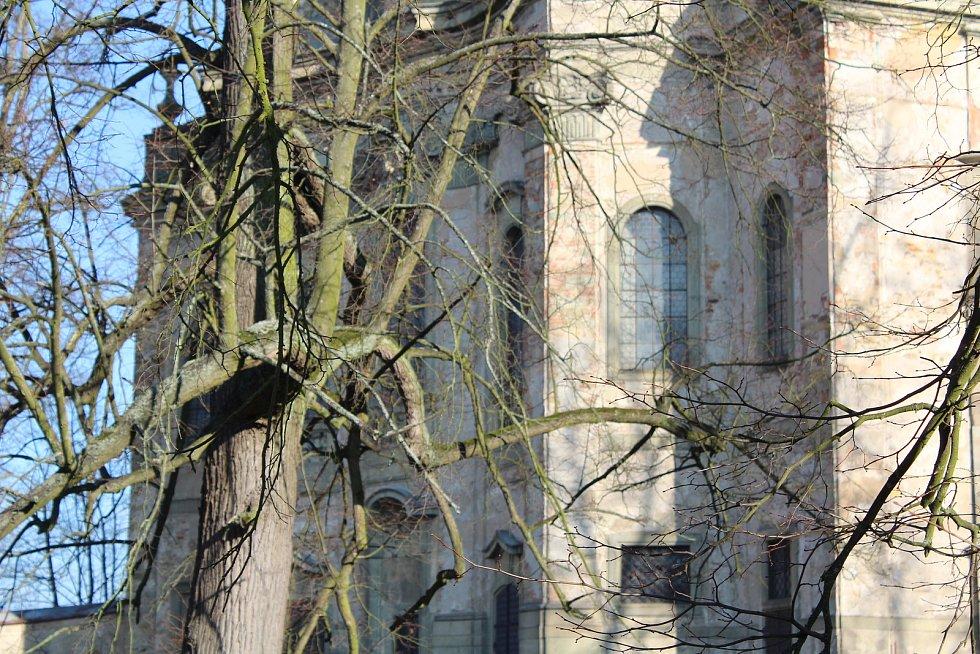 Zámecký kostel ještě na opravu čeká.