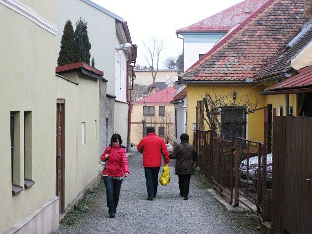 Pro některé nevzhledná ulička, pro jiné jedno z mála míst v Dobrušce, kde na lidi dýchne historie. V dohledné době by se její podoba měla zlepšit. Chystá se rekonstrukce.