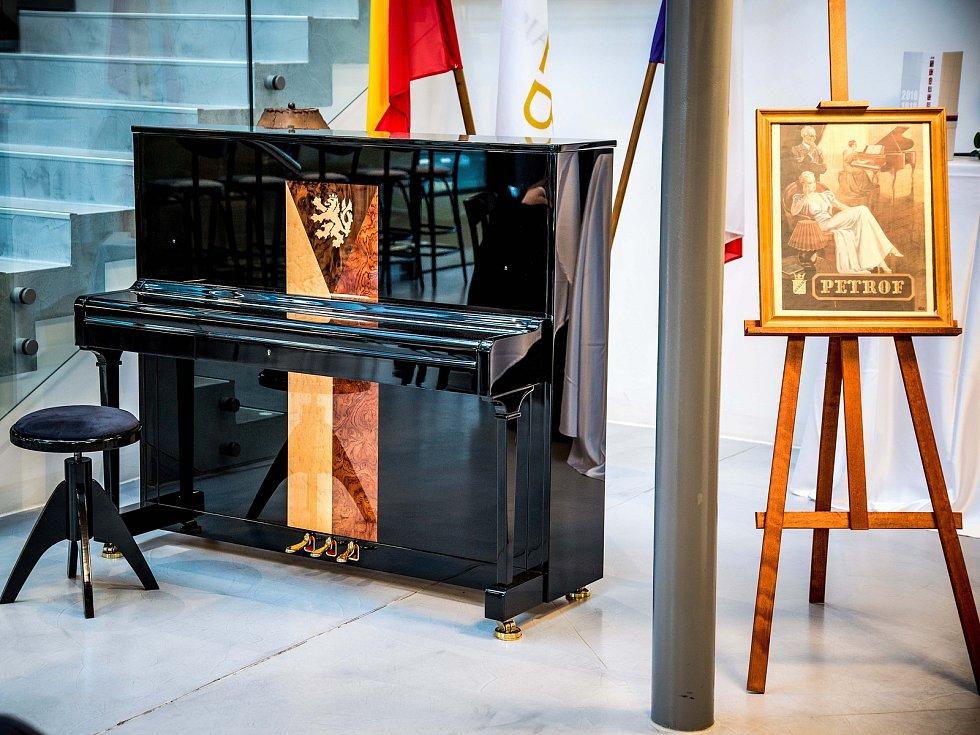 Piano Republika vyrobené v továrně Petrof.