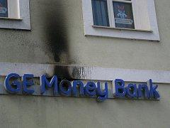 Požár osvětleného reklamního loga banky na rychnovském Starém náměstí.
