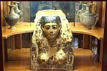 Zlacená pohřební mumiová maska na zámku v Častolovicích.