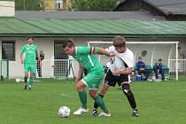 Rychnovští fotbalisté po porážce na hřišti hradecké Olympie (vpravo Filip Stieber bojuje o míč s domácím kapitánem Jiřím Dujsíkem) prohráli derby s Týništěm nad Orlicí.