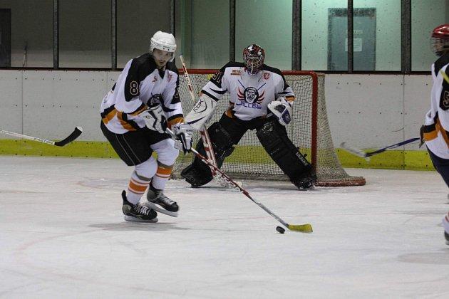 HC LEV Kostelec zakončil základní část Rychnovské hokejové ligy vítězně, když ve čtvrtečním utkání zdolal po boji potštejnské Predátory 3:2.