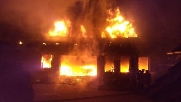 Noční požár ve Skuhrově nad Bělou zničil autodílnu.