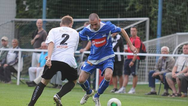 Hattrick zaznamenal v utkání v Chlumci nad Cidlinou týnišťský záložník Jiří Vydarený (na snímku vpravo v duelu s Rychnovem) a výraznou měrou přispěl k vítězství svého týmu.