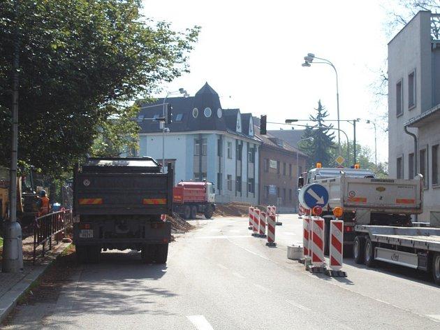 Částečná uzavírka hlavního silničního tahu v Kostelci nad Orlicí.