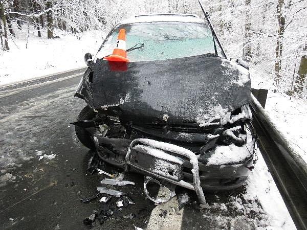 Jednatřicetiletá řidička se střetla s nákladním vozem na silnici z Vamberka směrem na Rybnou.