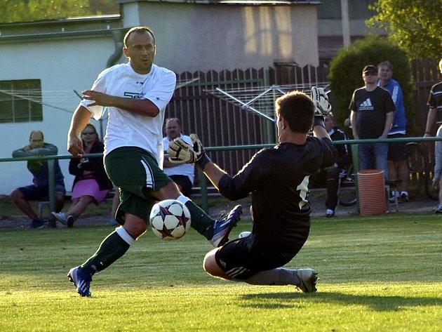 Hráči Borohrádku získali v utkání s rezervou Kostelce první  body za výhru 2:1 (na snímku Radek Sazima se snaží překonat brankáře Marka Vavřince).