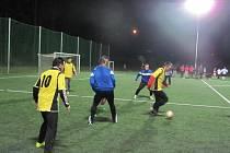 Pořadatelský tým FC Santus Dobruška (světlé dresy) porazil ve čtvrtém kole Zimní futsalové ligy Rangers Nové Město nad Metují 4:2.