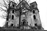 Historická fotografie kostela v Neratově, na níž je zachyceno schodiště v původní podobě se čtyřmi sochami světců, pískovcovými vázami a balustrádou (zábradlím).