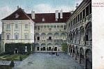 Nádvoří zámku v roce 1908.