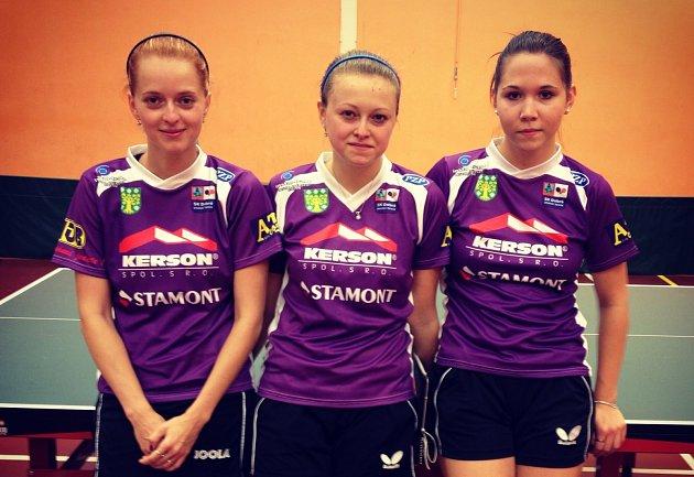 EXTRALIGOVÝ TÝM stolních tenistek SK Dobré (zleva): Aneta Konečná, Daniela Rozínková a Ivana Pelcmanová.