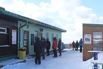 Přestože na místě nebyli žádní Češi, polští lyžaři vytvářeli před výdejním okénkem na Masarykově chatě dlouhé fronty.