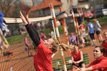 PO ČTYŘIAČTYŘICÁTÉ se sešli volejbalisté v Česticích, aby bojovali vepřové speciality. Tradičního jarního klání se letos zúčastnilo jednadvacet družstev.