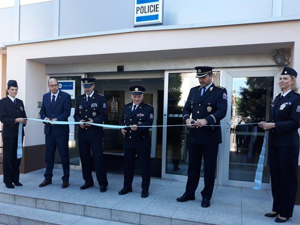 """Budova policie """"se oblékla"""" do nového."""